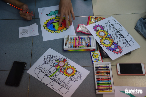 Sinh viên HUFLIT vẽ tranh Ngày hội Hoa hướng dương - Ảnh 11.