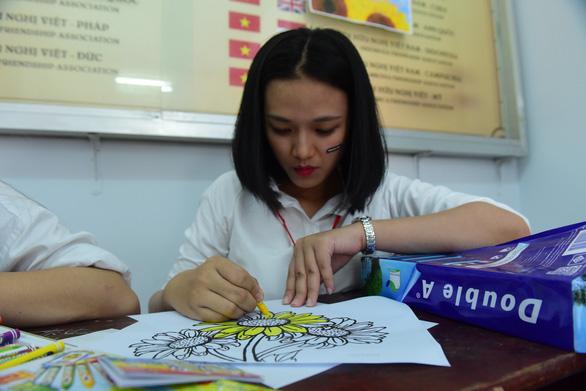 Sinh viên HUFLIT vẽ tranh Ngày hội Hoa hướng dương - Ảnh 4.