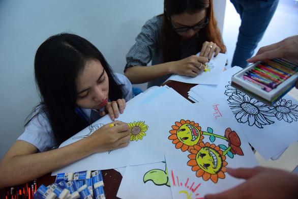 Sinh viên HUFLIT vẽ tranh Ngày hội Hoa hướng dương - Ảnh 5.