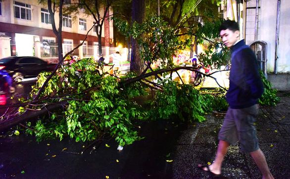 Người Sài Gòn khốn khổ trong đêm mưa ngập nặng nhất mùa - Ảnh 10.