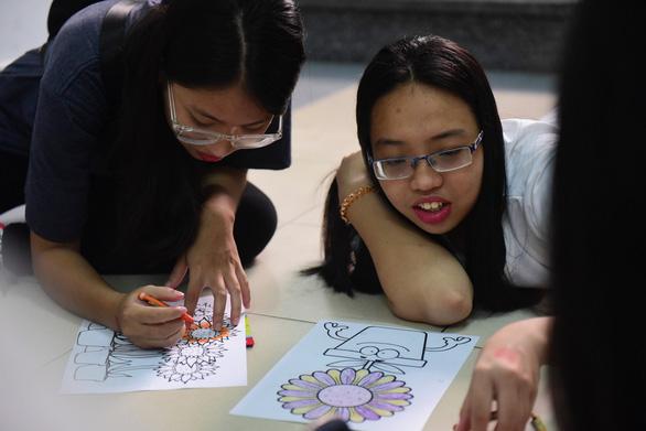 Sinh viên HUFLIT vẽ tranh Ngày hội Hoa hướng dương - Ảnh 6.