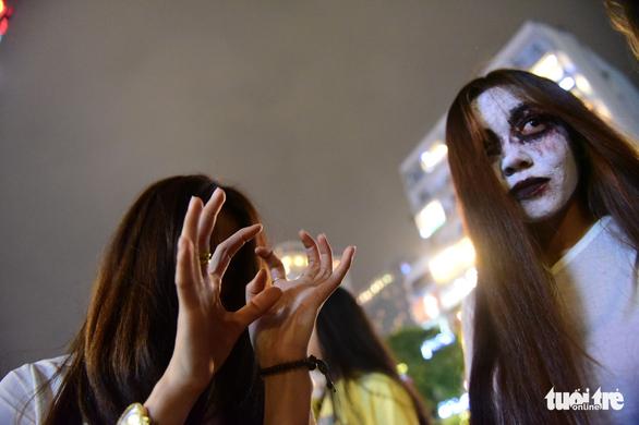 Phố Tây Bùi Viện thành biển người đêm Halloween - Ảnh 10.