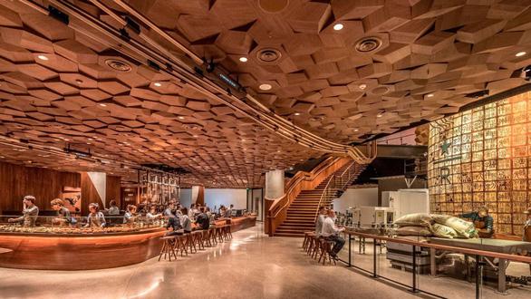 Cửa hàng Starbucks lớn nhất thế giới hay quán cà phê đầy ảo vọng - Ảnh 3.
