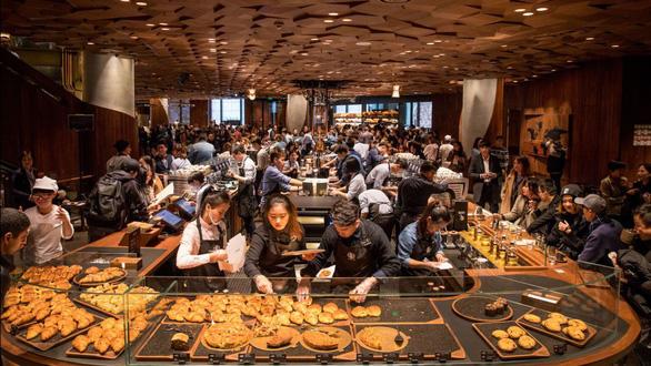 Cửa hàng Starbucks lớn nhất thế giới hay quán cà phê đầy ảo vọng - Ảnh 2.