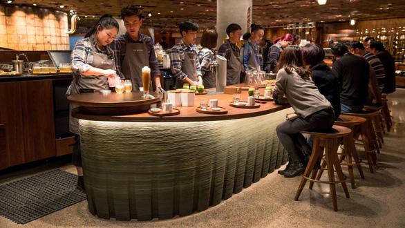 Cửa hàng Starbucks lớn nhất thế giới hay quán cà phê đầy ảo vọng - Ảnh 6.