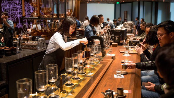Cửa hàng Starbucks lớn nhất thế giới hay quán cà phê đầy ảo vọng - Ảnh 7.