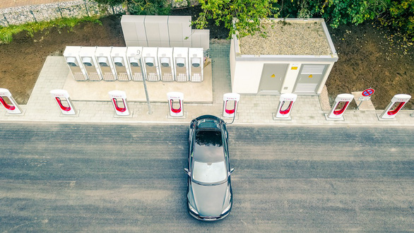 2,7 nghìn tỉ USD để phủ sóng đủ trạm sạc cho xe điện trên toàn cầu - Ảnh 1.
