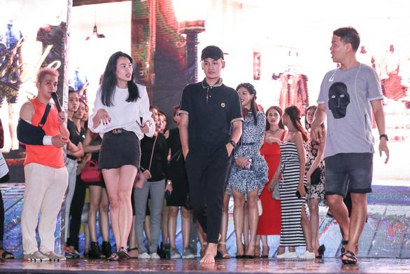 Fashionology Festival: Người mẫu che dù đi catwalk trong mưa - Ảnh 6.