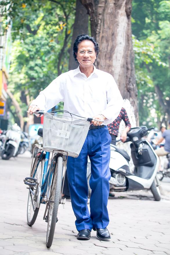 Xem ảnh Chế Linh đạp xe, uống trà vỉa hè trong tiết thu Hà Nội - Ảnh 4.