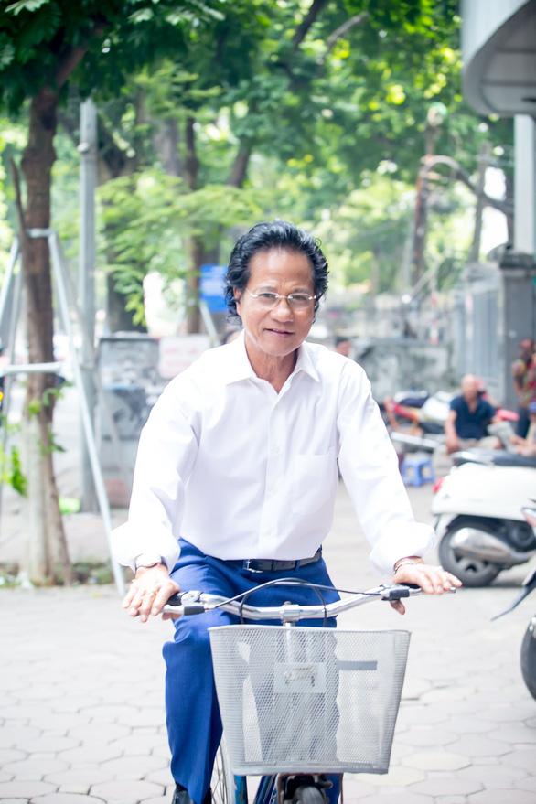 Xem ảnh Chế Linh đạp xe, uống trà vỉa hè trong tiết thu Hà Nội - Ảnh 5.