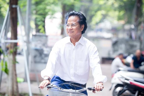 Xem ảnh Chế Linh đạp xe, uống trà vỉa hè trong tiết thu Hà Nội - Ảnh 6.