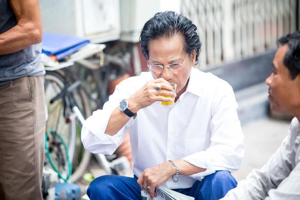 Xem ảnh Chế Linh đạp xe, uống trà vỉa hè trong tiết thu Hà Nội - Ảnh 3.