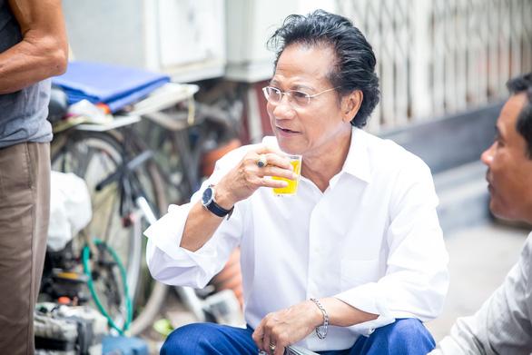 Xem ảnh Chế Linh đạp xe, uống trà vỉa hè trong tiết thu Hà Nội - Ảnh 7.