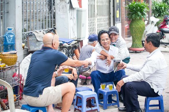 Xem ảnh Chế Linh đạp xe, uống trà vỉa hè trong tiết thu Hà Nội - Ảnh 8.