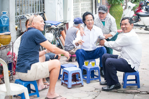 Xem ảnh Chế Linh đạp xe, uống trà vỉa hè trong tiết thu Hà Nội - Ảnh 1.