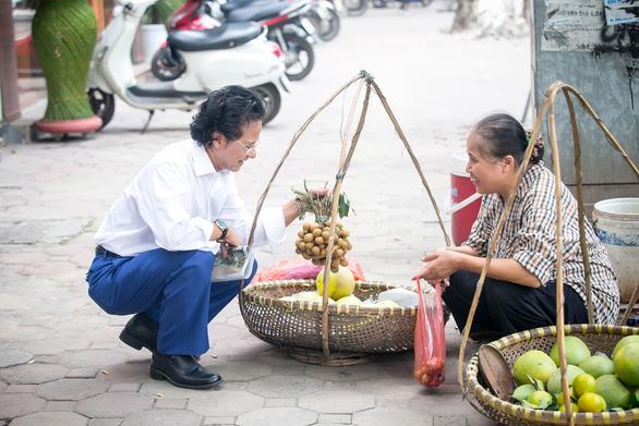 Xem ảnh Chế Linh đạp xe, uống trà vỉa hè trong tiết thu Hà Nội - Ảnh 2.