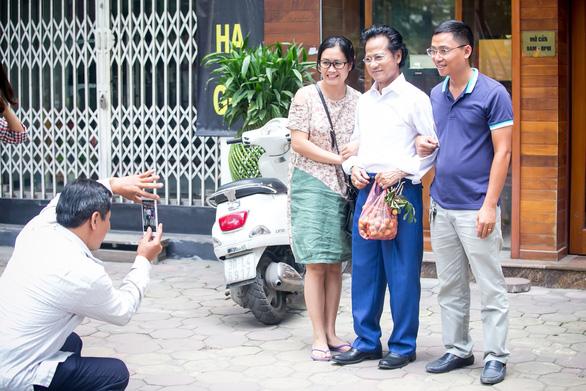 Xem ảnh Chế Linh đạp xe, uống trà vỉa hè trong tiết thu Hà Nội - Ảnh 10.