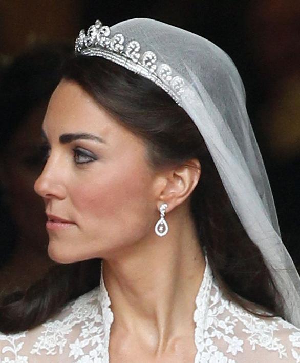 Ngắm lại những chiếc váy cưới nổi tiếng nhất thế giới - Ảnh 15.