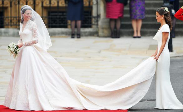Ngắm lại những chiếc váy cưới nổi tiếng nhất thế giới - Ảnh 16.