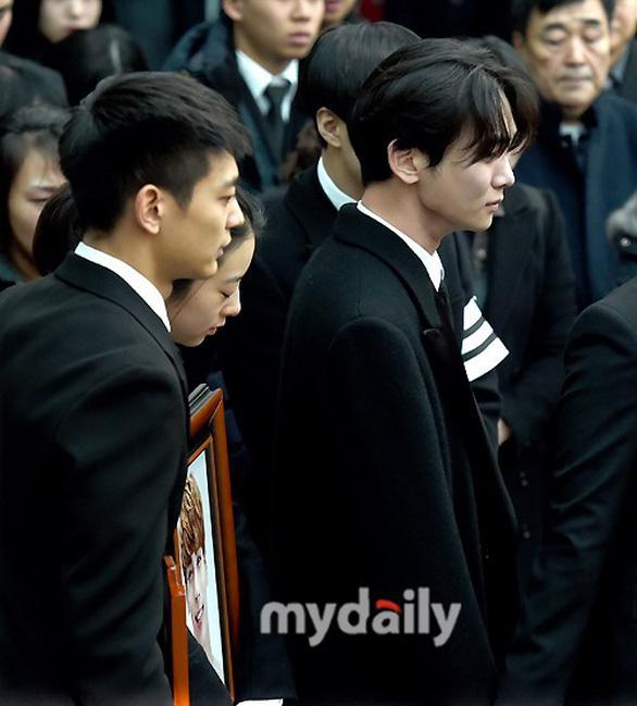 SHINee, SNSD, SJ thẫn thờ đưa tang Jonghyun - Ảnh 5.