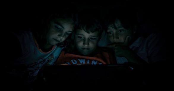 Trẻ không bị ảnh hưởng nếu chơi điện thoại 1-2 giờ mỗi ngày - Ảnh 1.