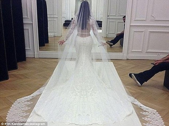 Ngắm lại những chiếc váy cưới nổi tiếng nhất thế giới - Ảnh 17.
