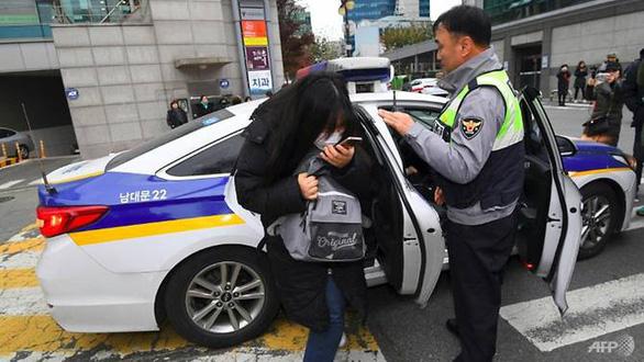 Ngày thi đại học, cả Hàn Quốc như 'đứng hình' - Ảnh 2.