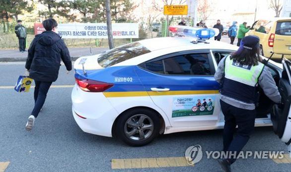 Ngày thi đại học, cả Hàn Quốc như 'đứng hình' - Ảnh 3.