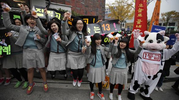 Ngày thi đại học, cả Hàn Quốc như 'đứng hình' - Ảnh 4.