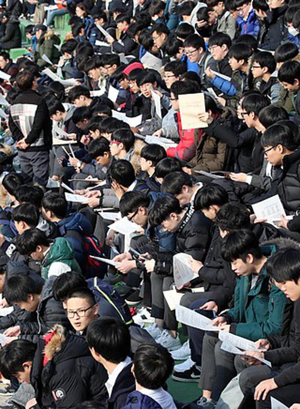 Ngày thi đại học, cả Hàn Quốc như 'đứng hình' - Ảnh 6.