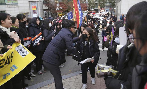 Ngày thi đại học, cả Hàn Quốc như 'đứng hình' - Ảnh 9.