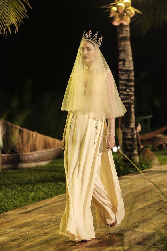 Trương Thị May làm bà lái đò trên sàn diễn thời trang Hội An - Ảnh 7.