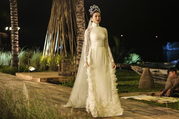 Trương Thị May làm bà lái đò trên sàn diễn thời trang Hội An - Ảnh 3.