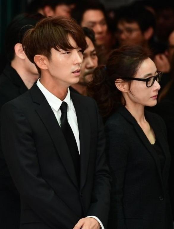 Song Joong Ki hoãn tuần trăng mật đến viếng Kim Joo Hyuk - Ảnh 13.
