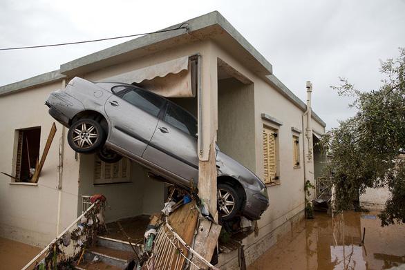Thế giới trong tuần qua ảnh: Động đất ở Iran, lũ lụt ở Hy Lạp - Ảnh 2.