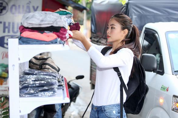 Mâu Thủy mở sạp áo ấm miễn phí tặng người nghèo - Ảnh 3.