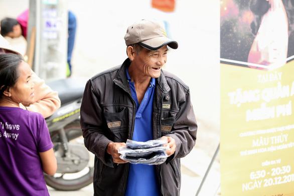 Mâu Thủy mở sạp áo ấm miễn phí tặng người nghèo - Ảnh 8.
