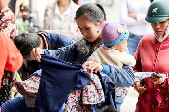 Mâu Thủy mở sạp áo ấm miễn phí tặng người nghèo - Ảnh 5.