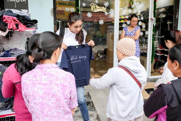 Mâu Thủy mở sạp áo ấm miễn phí tặng người nghèo - Ảnh 9.
