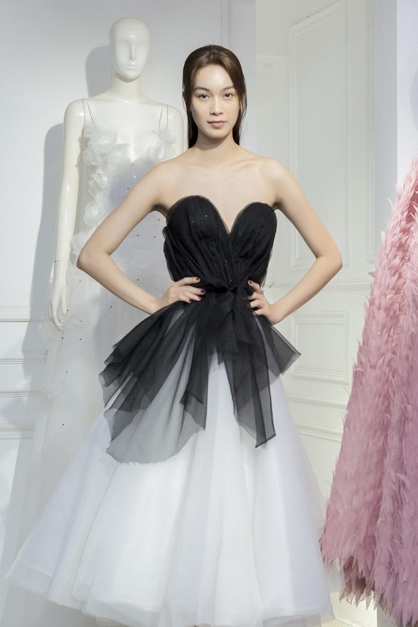Fashionology Festival: Người mẫu che dù đi catwalk trong mưa - Ảnh 4.