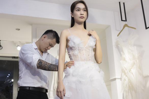 Fashionology Festival: Người mẫu che dù đi catwalk trong mưa - Ảnh 3.