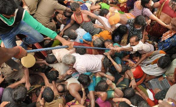 Làm gì để sống sót giữa đám đông giẫm đạp? - Ảnh 1.