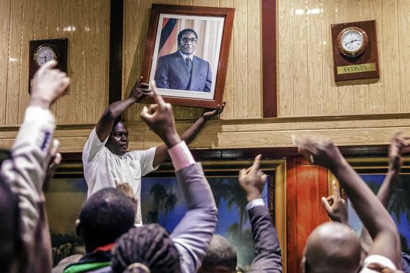 Thế giới qua ảnh: Chuyển giao quyền lực ở Zimbabwe, Đức nguy cơ bầu cử lại - Ảnh 1.