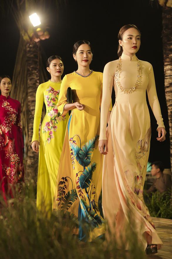 Trương Thị May làm bà lái đò trên sàn diễn thời trang Hội An - Ảnh 8.