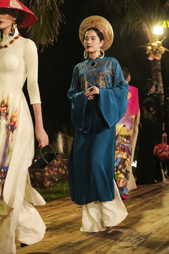 Trương Thị May làm bà lái đò trên sàn diễn thời trang Hội An - Ảnh 10.