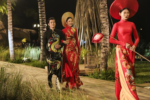 Trương Thị May làm bà lái đò trên sàn diễn thời trang Hội An - Ảnh 4.