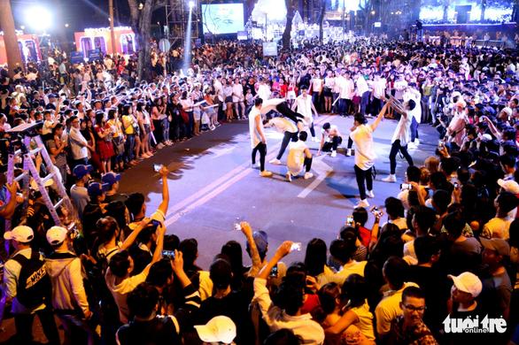Dòng người đổ về trung tâm Sài Gòn đón năm mới 2018 - Ảnh 4.