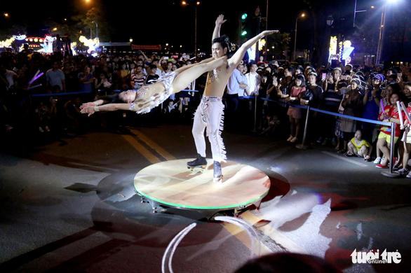 Dòng người đổ về trung tâm Sài Gòn đón năm mới 2018 - Ảnh 6.