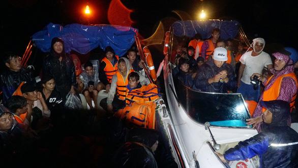 Vượt biển cứu 150 ngư dân kẹt bão trong đêm - Ảnh 1.