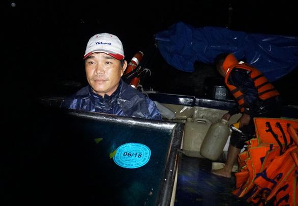 Vượt biển cứu 150 ngư dân kẹt bão trong đêm - Ảnh 2.